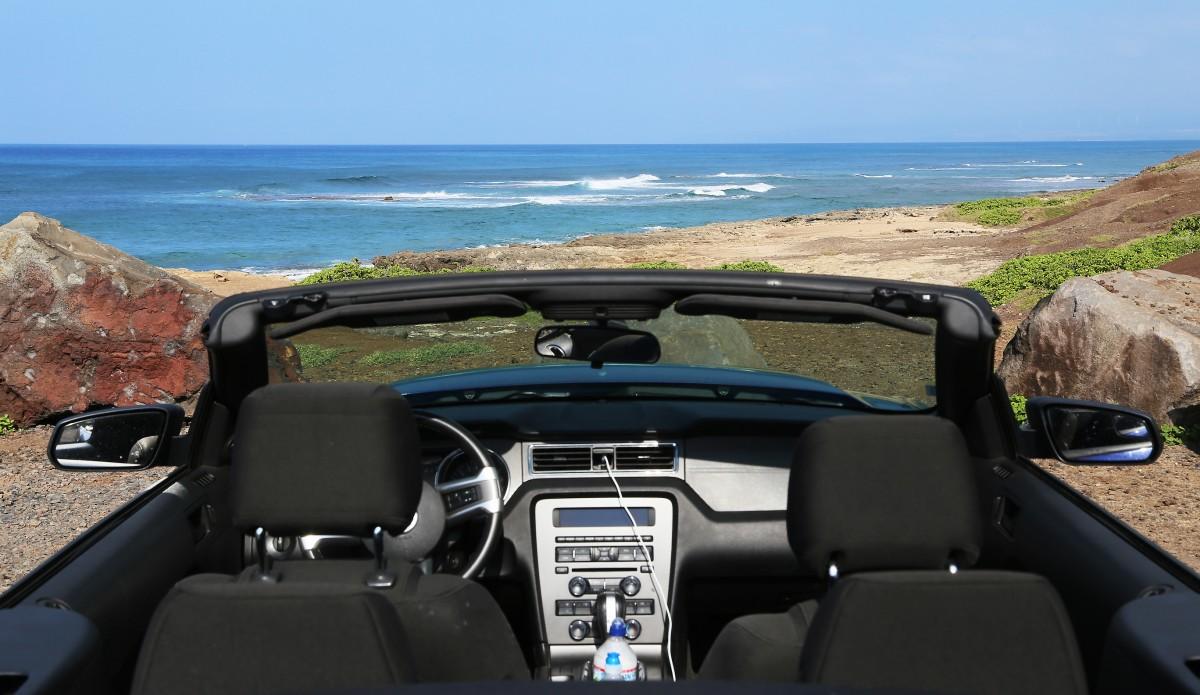 En nedcabbad Ford Mustang nära Oahus västra spets, så långt det går att köra utan 4X4.