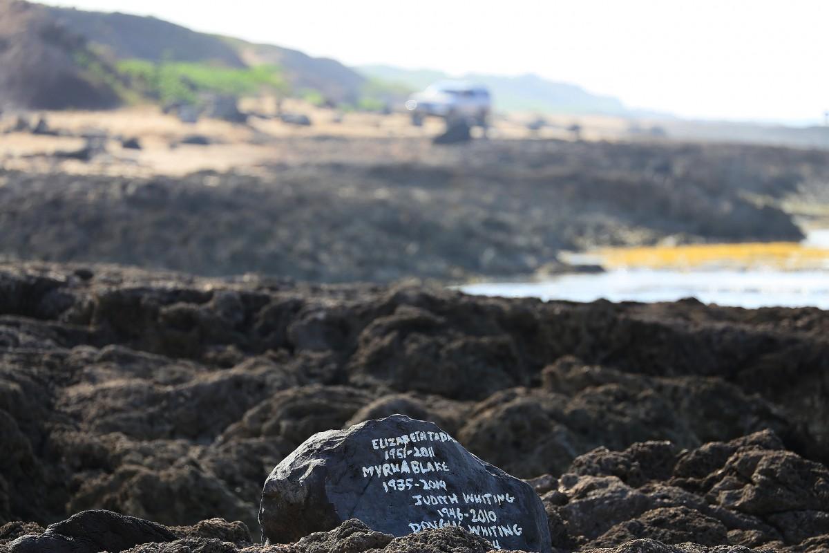 Vad som liknar en gravsten på stranden i en enslig del av Oahu (där allmän väg slutar).