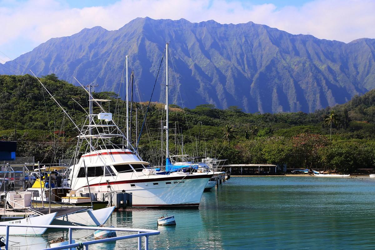 En stillsam småbåts- och fiskehamn nära en av Oahus militärbaser.
