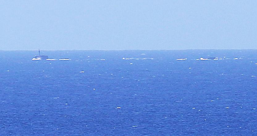 Sekunder senare har ubåten börjat dyka. Enbart tornet och rodret i aktern är synligt. Foto: Erik Bergin