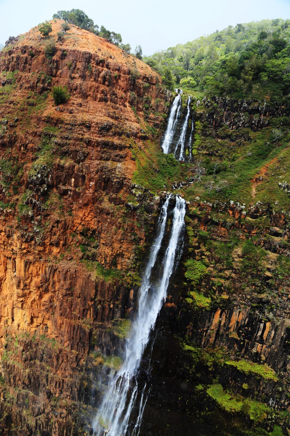 En av många vattenfall i öns inre otillgängliga berglandskap, skapat av vulkanutbrott för miljoner år sedan.