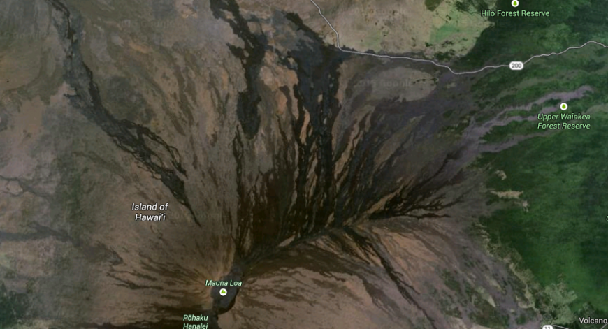 Mauna Loa, vulkantoppen söderut från Mauna Kea sett, från satellit. Foto: Google Maps