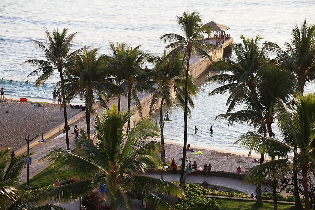 Piren nere vid stranden lockar besökare på kvällskvisten.