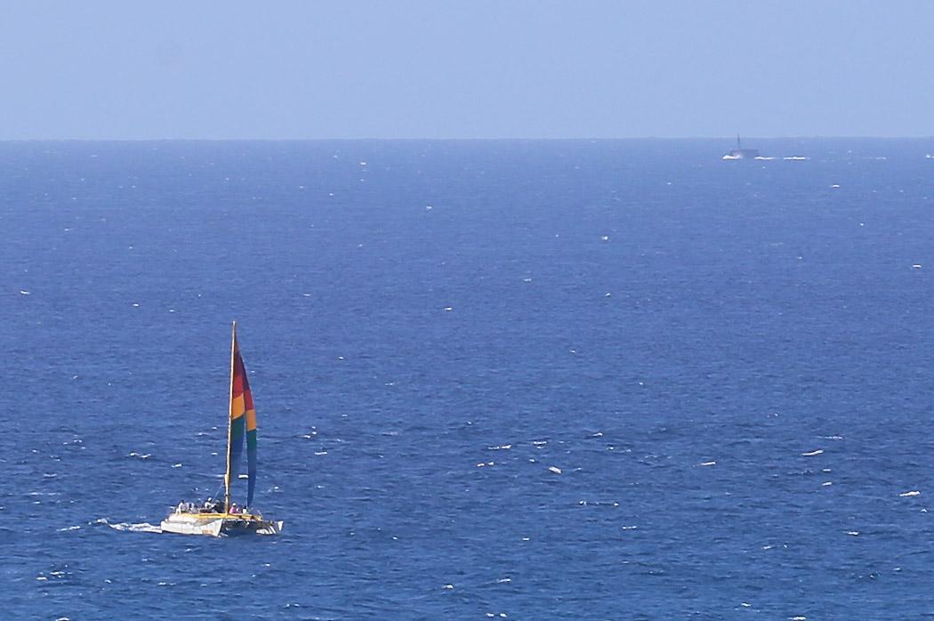 Notera ubåten i bildens övra högra hörn.