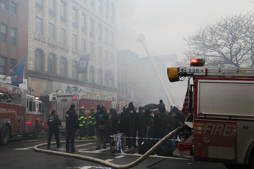 Räddningstjänst har korkat ihop sig med flera tiotals brandbilar i en korsning längs 2:a avenyn där det brinner i ett hus. Foto: Erik Bergin