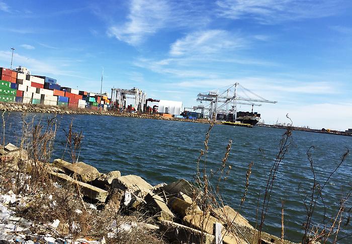 Snabb koll på och en bild av New Jerseys hamn. Här går både fraktfart och kryssningstrafik.