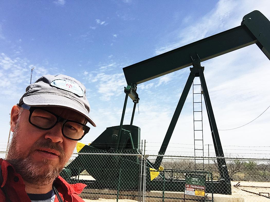 Jag besiktigar en oljepump, så kallad pumpjack.