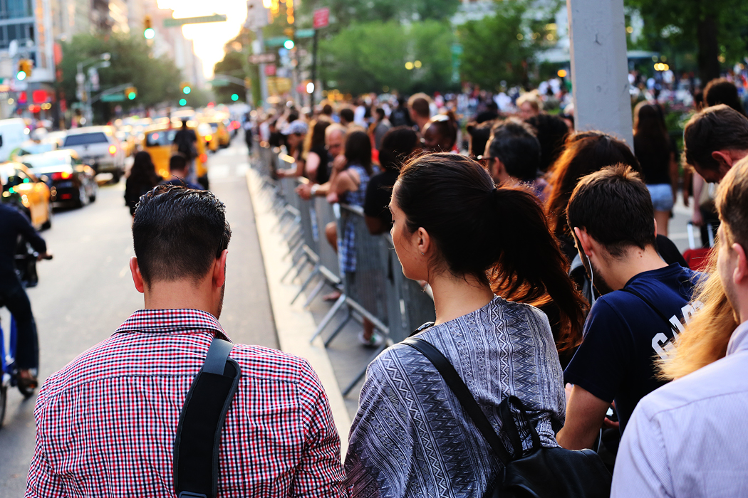 Trafikkaos utbryter på 14:e gatan av alla som står i gatan och siktar västerut.