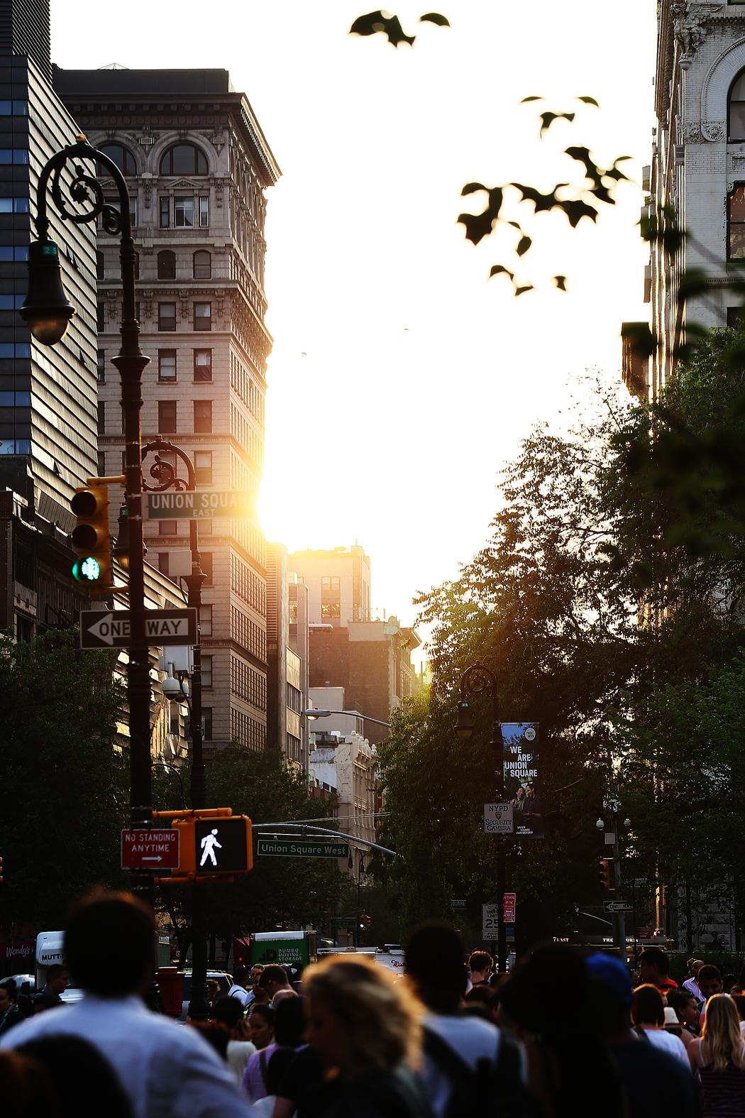 Solen – där är den! Inte ofta vi ser den mellan de här höga husen.