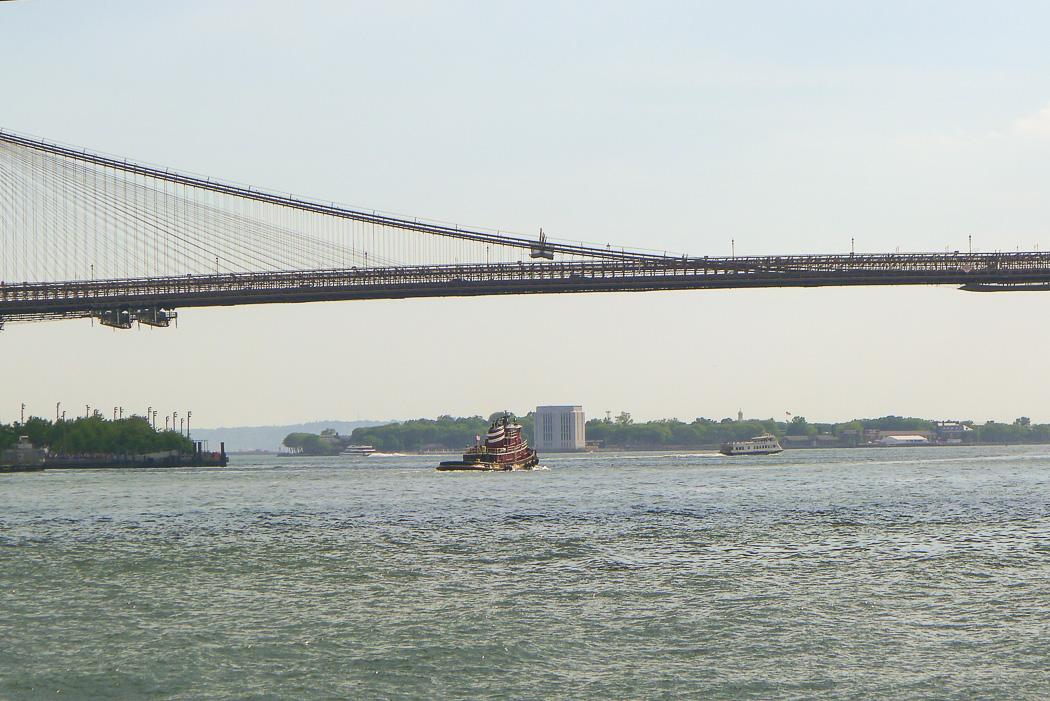 En bogserbåt stånkar ut från New York.