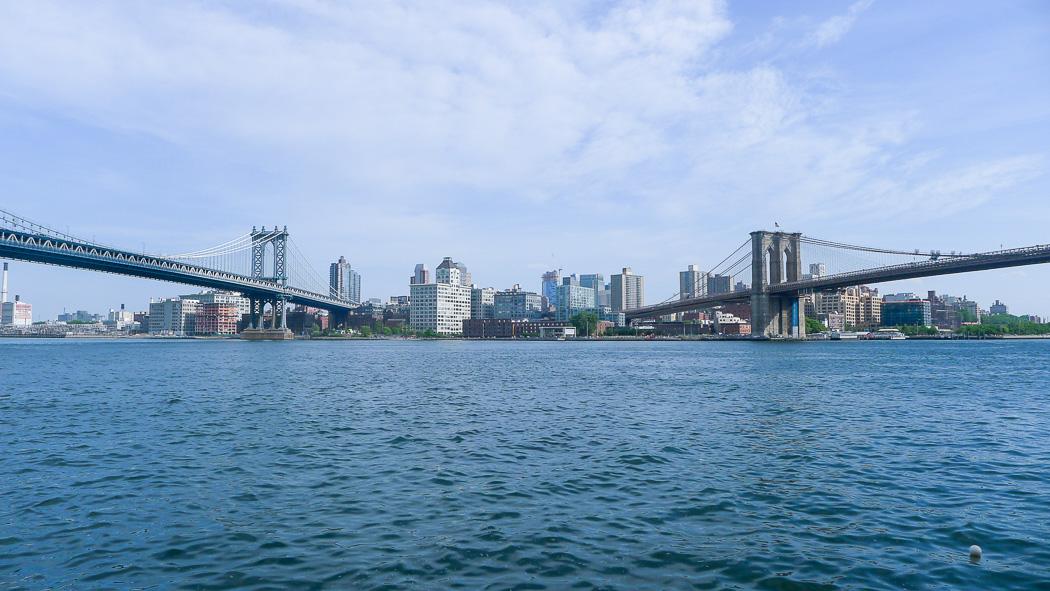 Mitt emellan broarna: Manhattan Bridge till vänster, Brooklyn Bridge till höger.