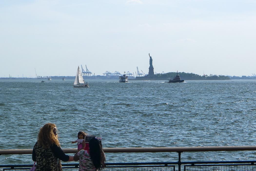 Besökare vid Battery Park fipplar med en sufrplatta och försöker fotografera Statue of Liberty. Eller vad gör de egentligen...?