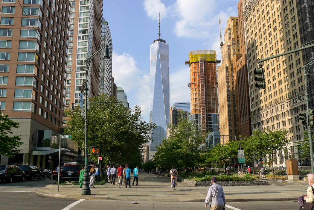 Här nerefrån Battery Park ser man nästan hela nya WTC-skrapan.