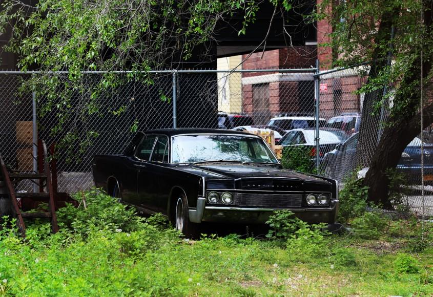 En övergiven Lincoln Continental på en ödetomt i Brooklyn.