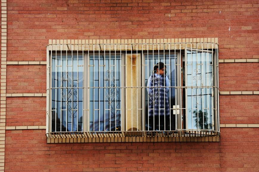 Dett aär någon form av vård- eller sjukhem – de gallerförsedda fönstren ger en något kuslig inramning.