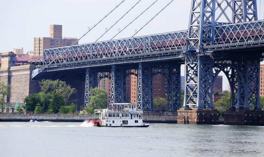 Jajjemen, en äkta hjulångare stävar norrut under Williamsburg Bridge. Eller äkta och äkta, men framdrivningen verkar i varje fall ske via skovelhjulet i aktern.