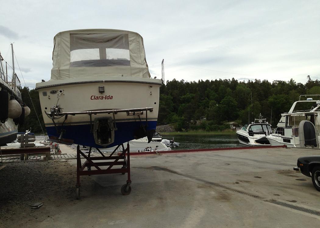 Finner båten på landbacken, på grund av drevproblem, när jag trodde den skulle ligga i sjön.