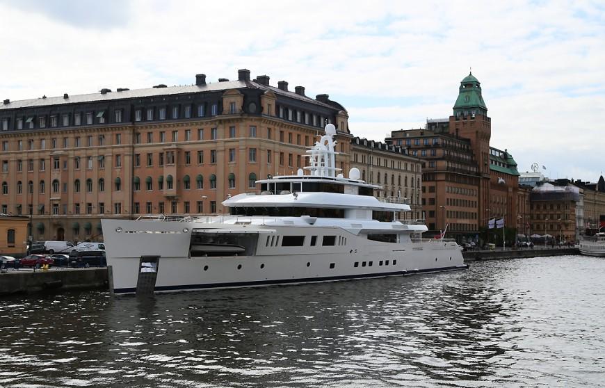 Den 73 meter långa lyxyachten Grace E, med plats för 12 passagerare i extrem lyx, förtöjd vid Nybroviken.