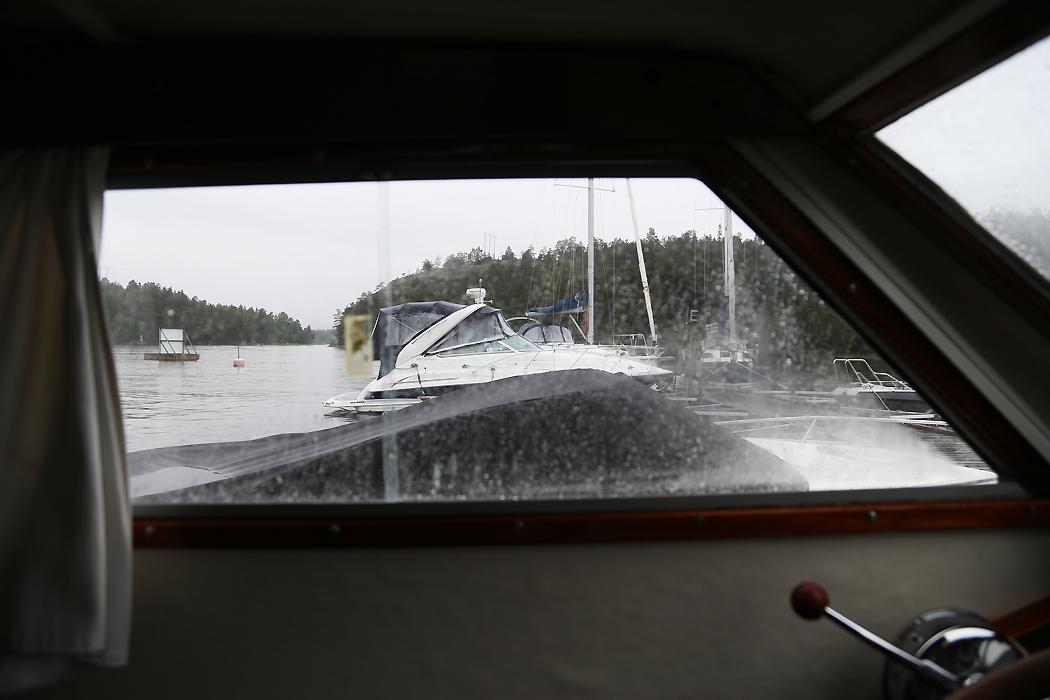 Regnig väntan på kompisar vid Ingarö Varv, Ingarö, dagen före midsommarafton.