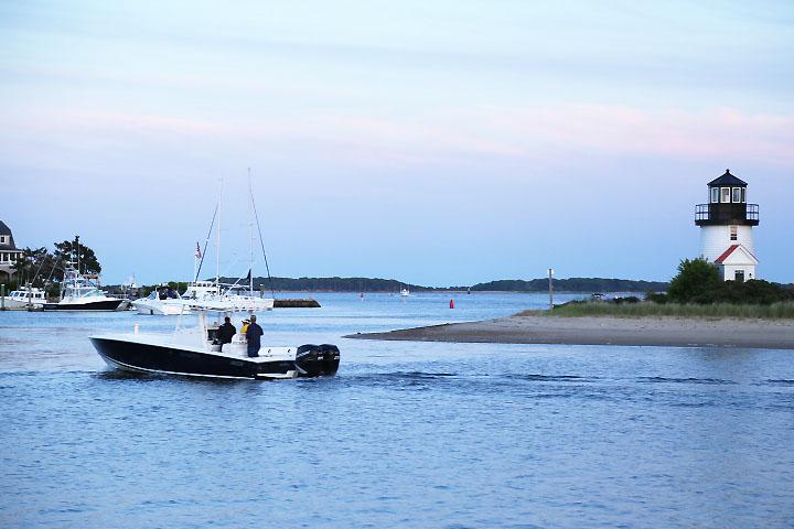 En fritidsbåt lägger ut från Hyannisport.