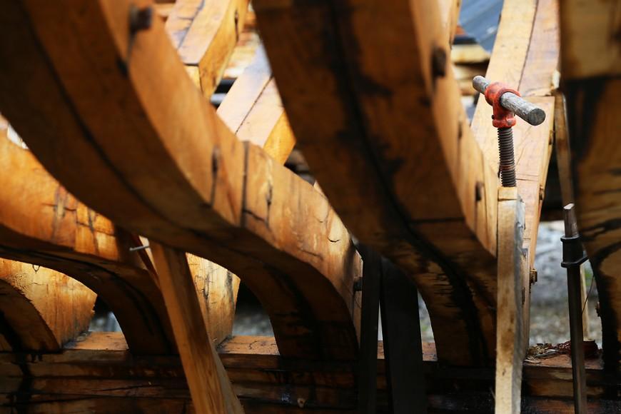 Här byggs nytt: skeppskonstruktion på Spekksholmens folkhögskola, som har en båtbyggarlinje.