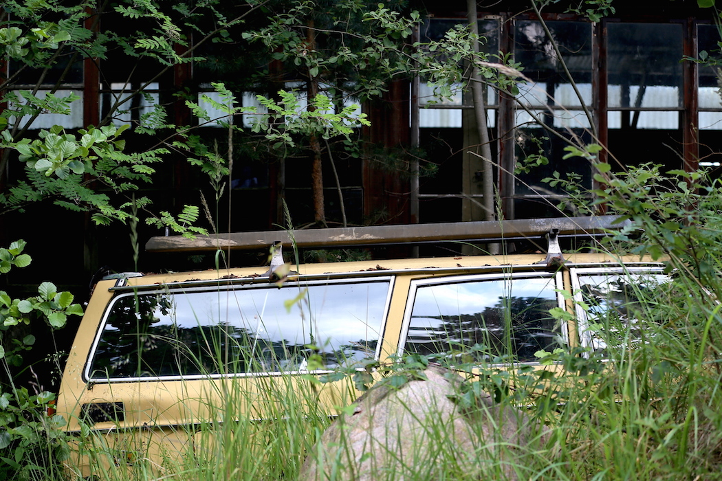 En Volvo 245 som rullat klart.