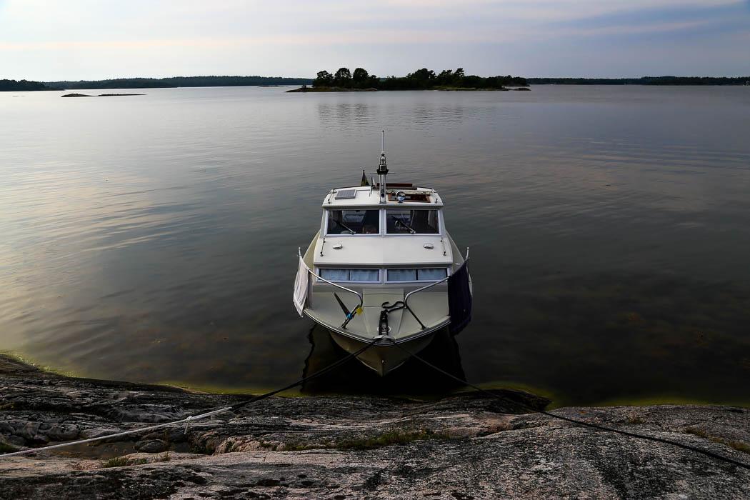 Clara-Ida förtöjd vid Furuholmen, strax söder om Nämdö.