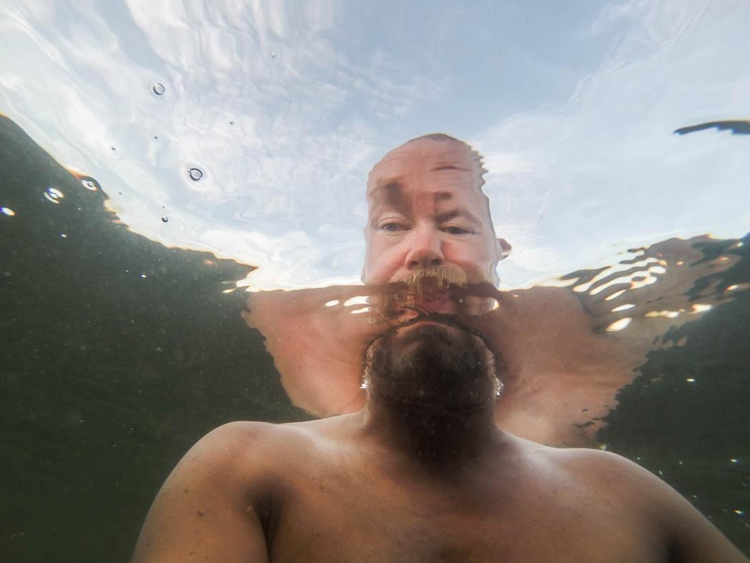 Jag badar efter bastun. Bilden tagen under vattenytan med en GoPro.