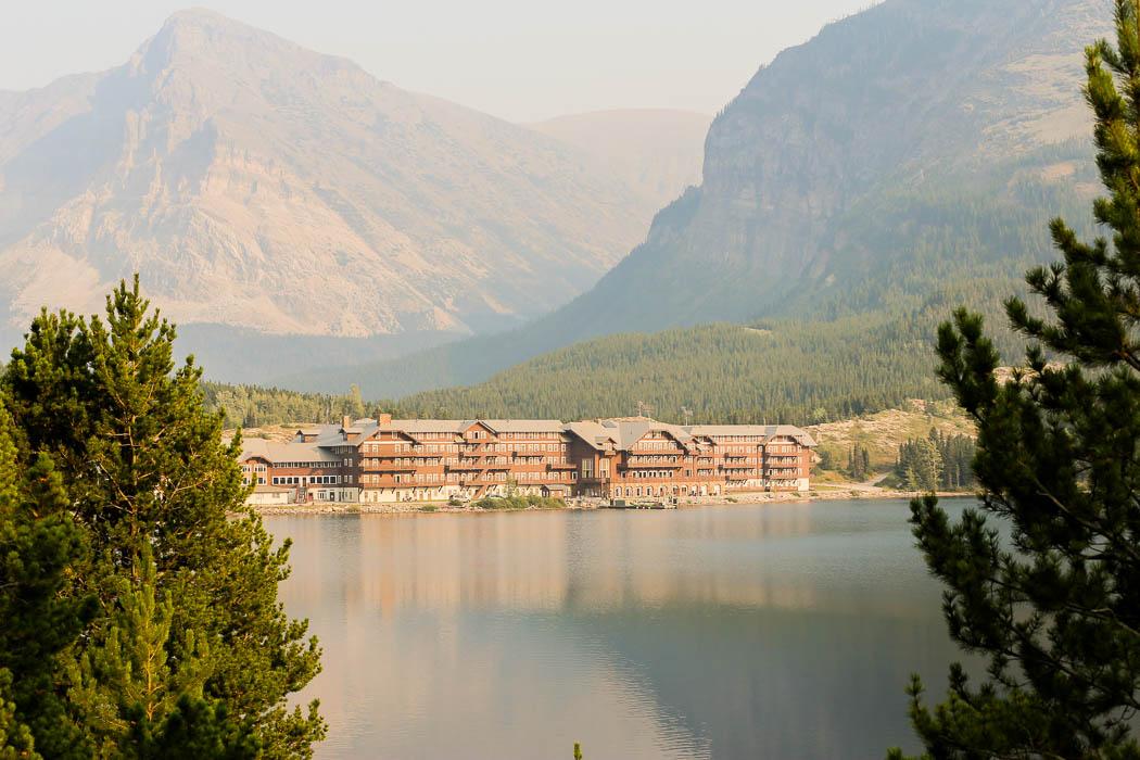 Ett av hotellen vid Glacier– med magnifik utsikt mot bergen.