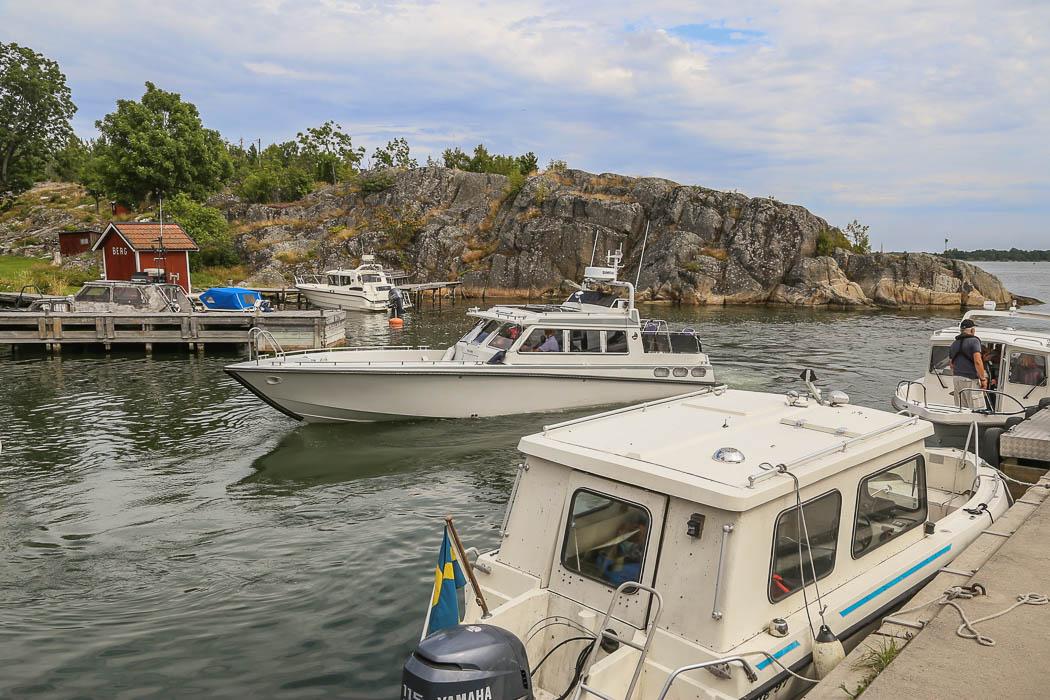 Berg, Möja. En stabil fritidsbåt backar just ut ur hamnen.