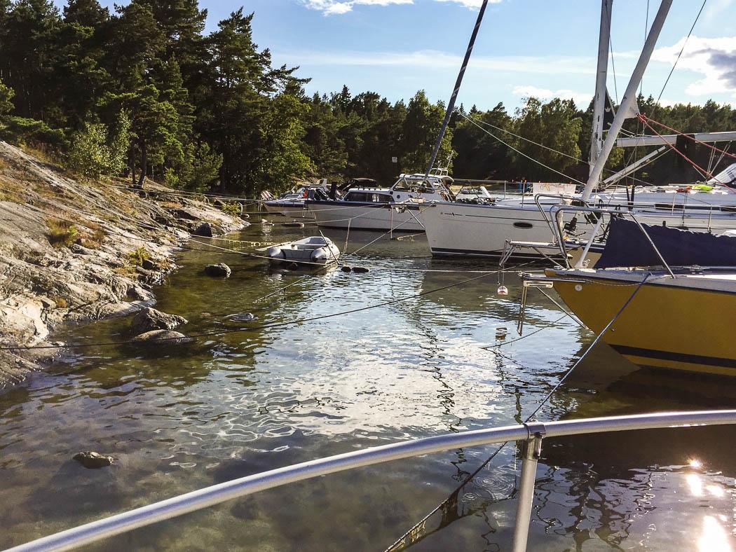 Clara-Ida förtöjd vid Nåttarö, ett par meter från klipporna.