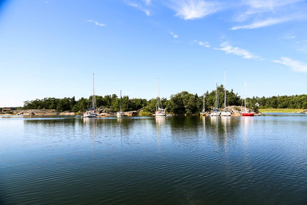Här, på norrisdan av lagunen vid Hemholmen, har alla seglarna lagt till i rad för att få vara för sig själva.