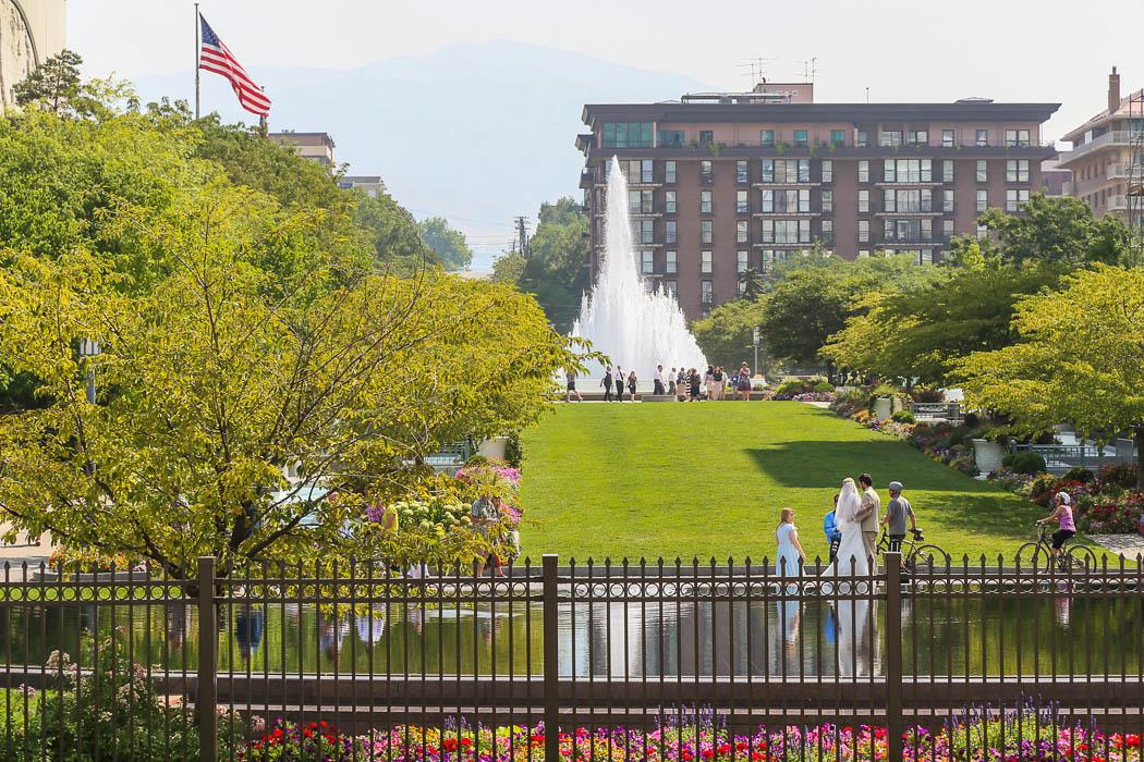 Salt Lake City. Noytera bröllopsparet som låter sig fotograferas vid dammen i nedre högra hörnet på bilden.