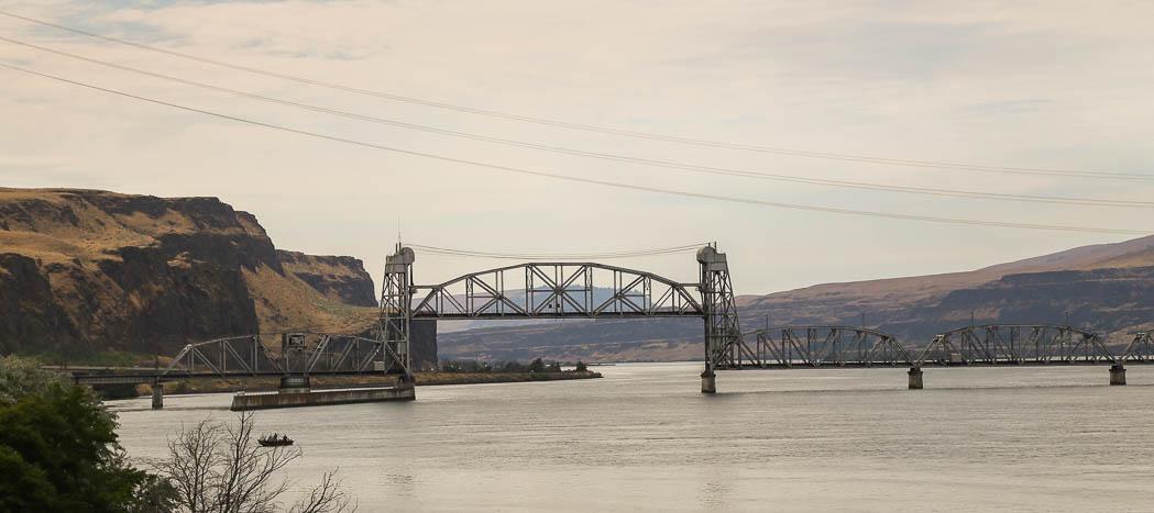 En gisten gammal tågbro korsat Colorado River.