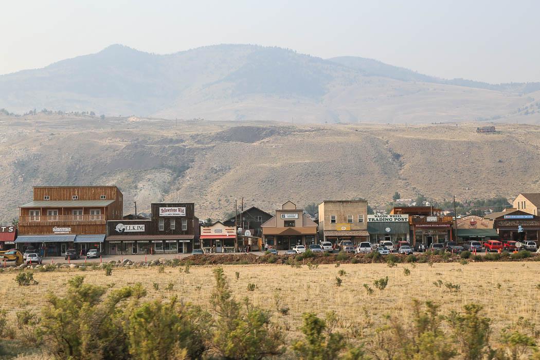 Småstaden Gardiner, strax utanför Yellowstones norra port. Ser ut som hämtad från en Vilda Västern-rulle om det inte vore för bilarna.