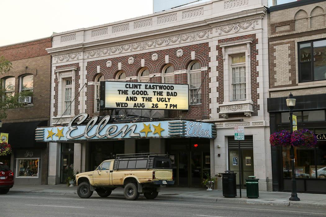 Bion längs Main Street i Bozeman, Montana, visar en prima Clintan-rulle.