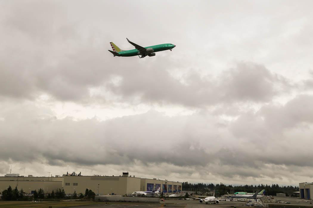 Ett nybyggt plan för en förbiflygning med avbruten start och drar på igen precis över landninsbanan.