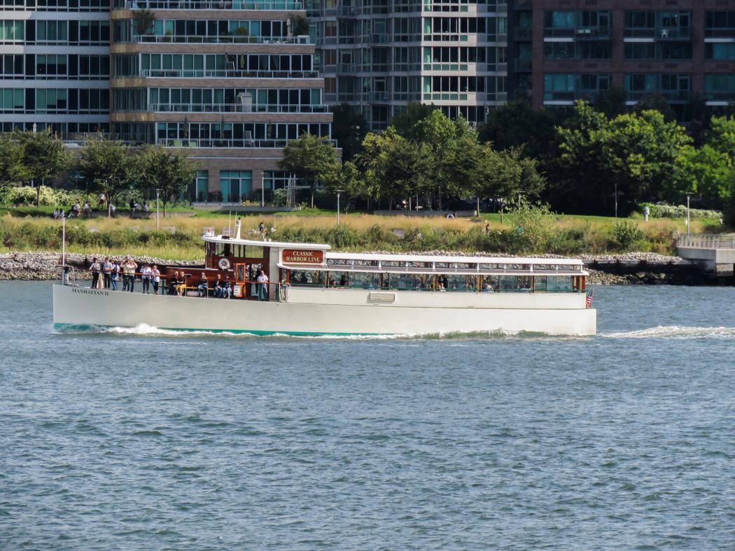 En fin gammal salongsbåt passerar norrut längs East River.