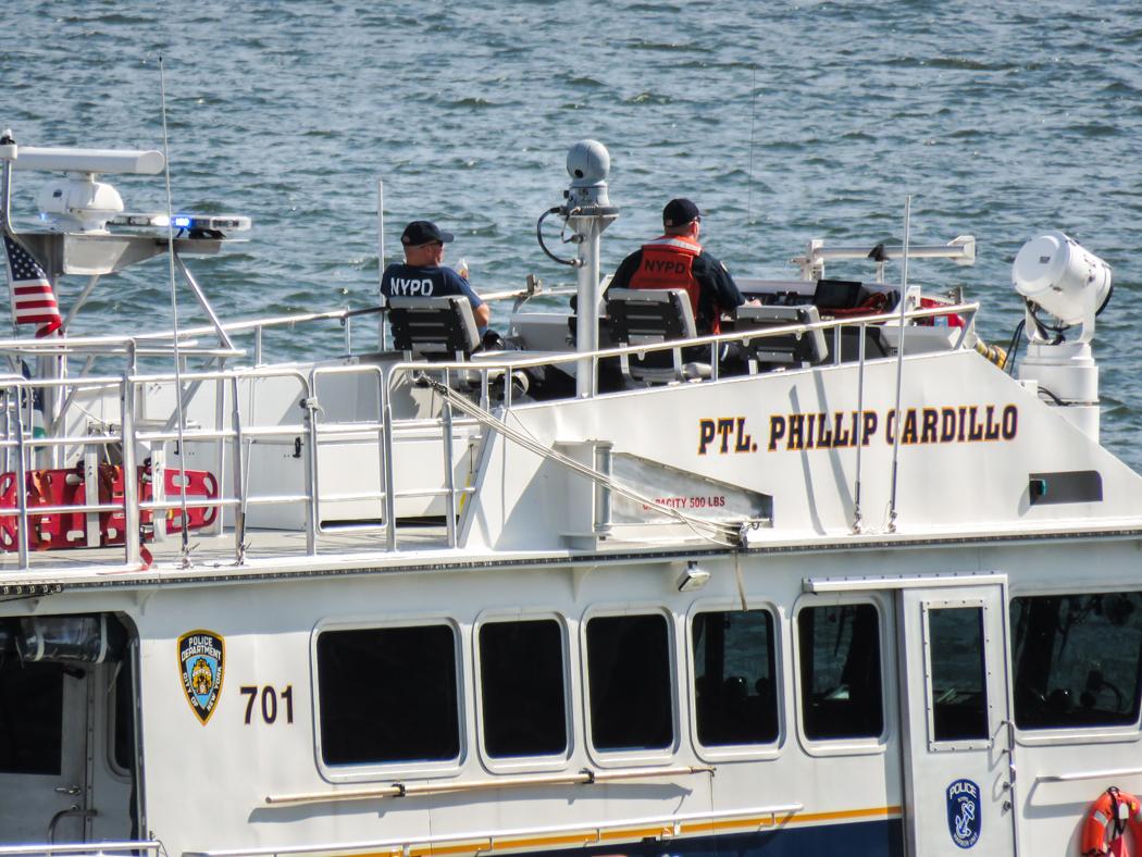 De här båtpoliserna har det bra uppe på flyen.