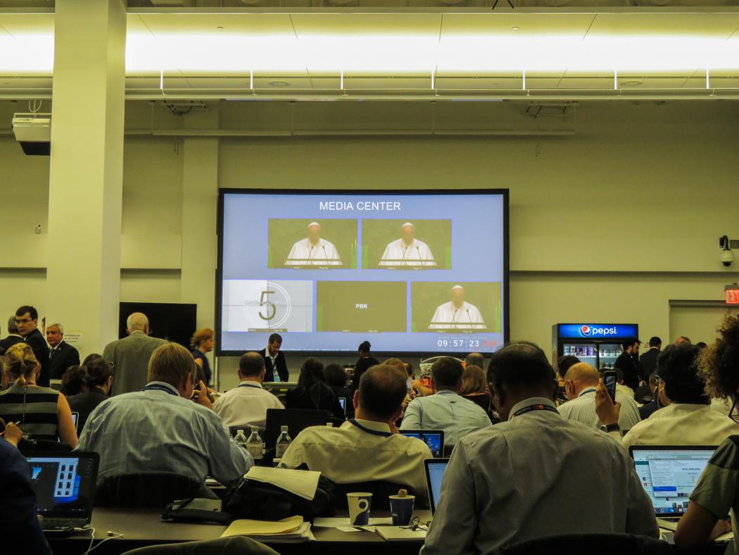 Påven talar i generalförsamlingen på lördagen. Bilden från presscentret i FN:s högkvarter.