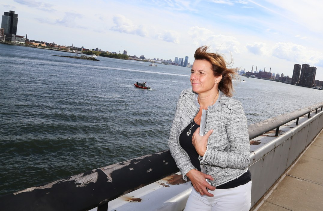 Biståndsminister Isabella Lövin (MP) vid FN-kvarteret i New York med East River i bakgrunden. Foto: Erik Bergin