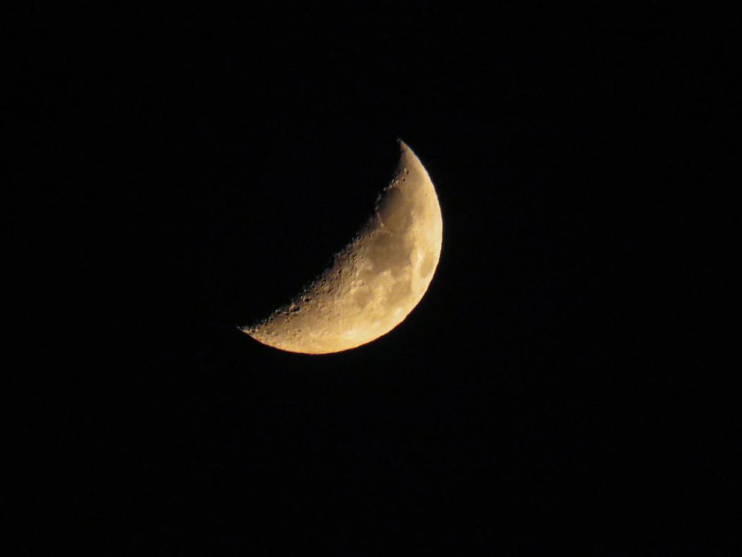 Månen. Ser visserligen likadan ut var man än är, men ändå.