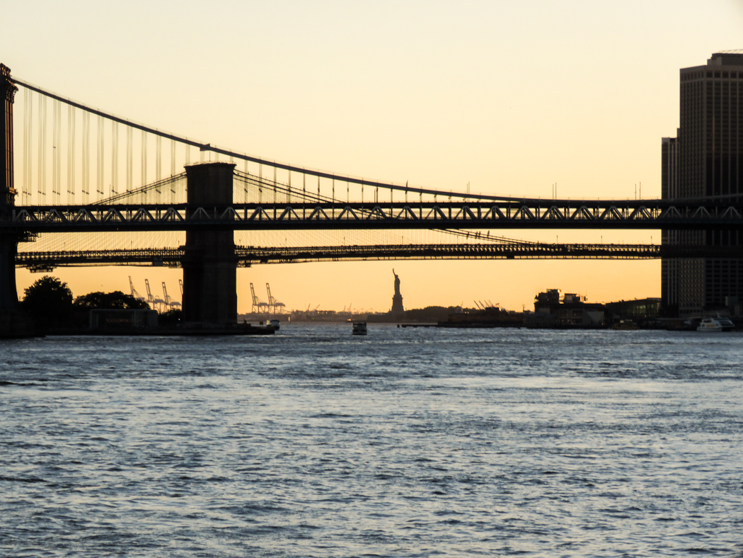 Brooklyn Bridge, närmast, och Manhattan Bridge.