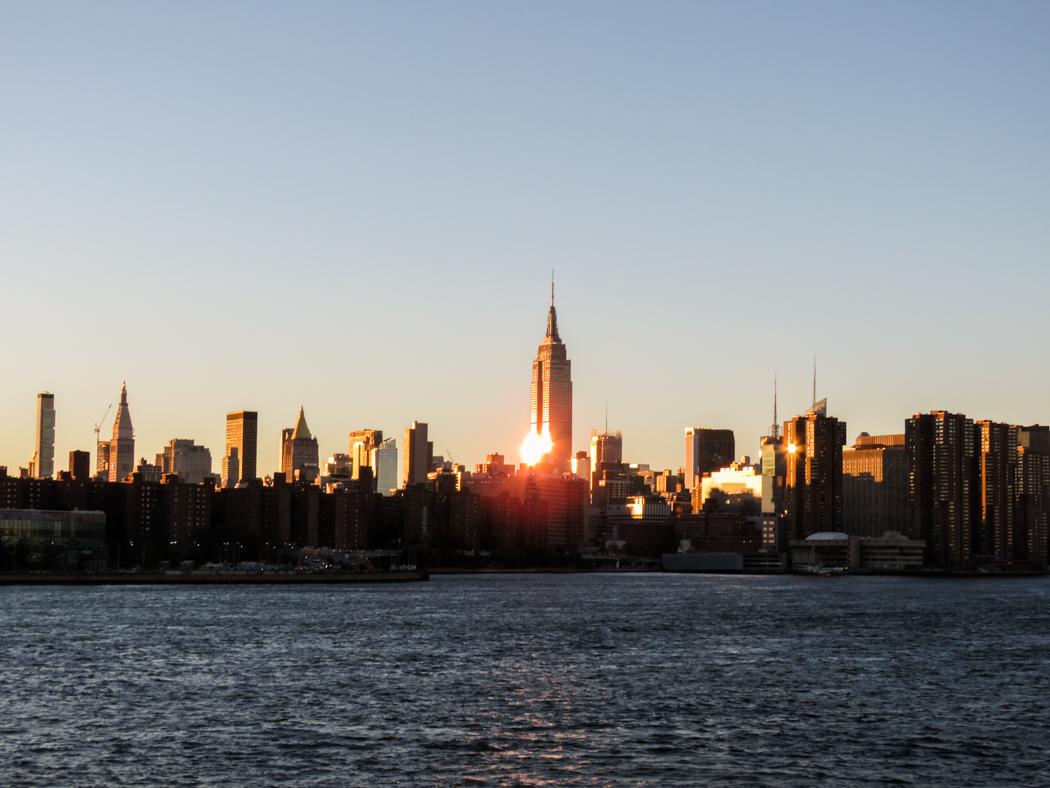 Empire State Buiding tronar mitt på ön.