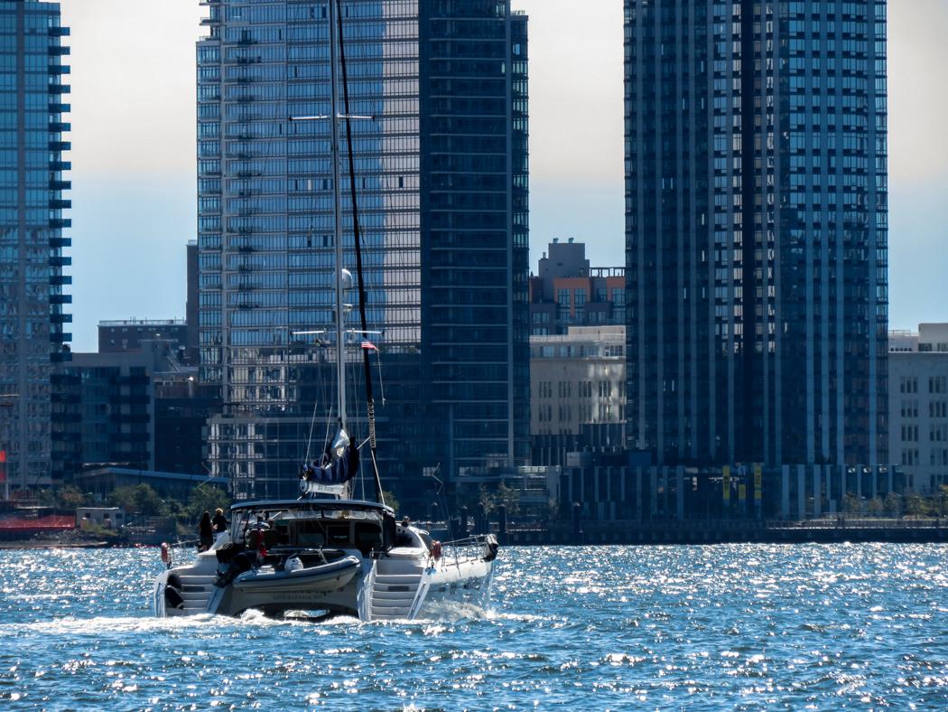 En katamaran navigerar East River på söndagen.