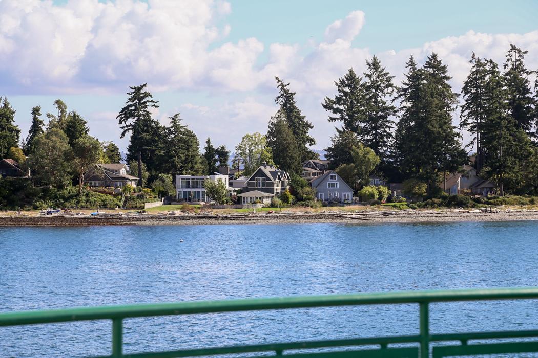 Hus längs kusten på Bainbridge.