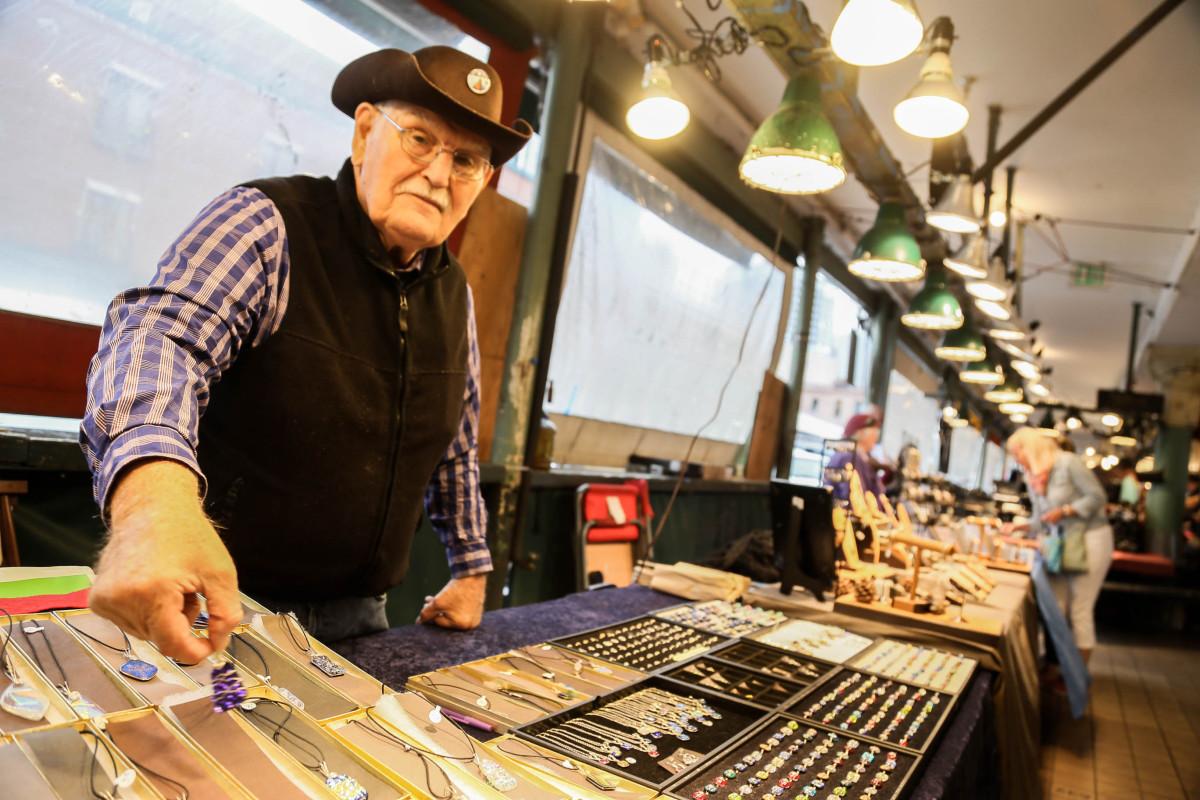 Brad Zempel, 85, påverkas inte av lönehöjningen, men tror att företag i Seattle riskerar gå omkull. Foto: Erik Bergin
