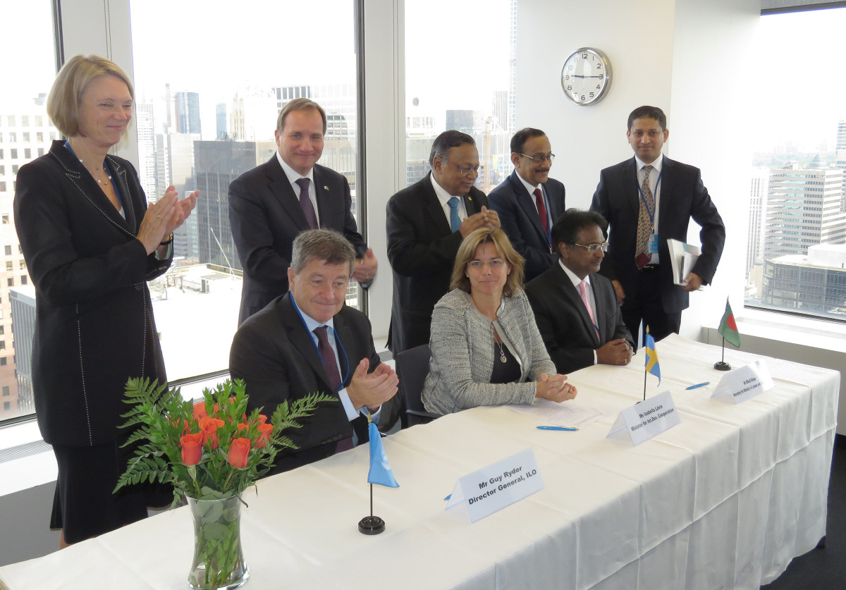 Statsminister Stefan Löfven, biståndsminister Isabella Lövin och ILO-chefen Guy Ryder ihop med representanter för Bangladeshs regering i svenska FN-missionens kontor i New York lördag. Foto: Erik Bergin
