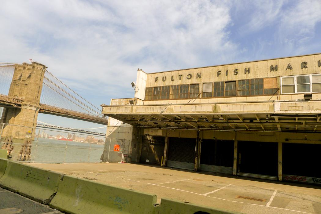 Den sedan 2005 igenbommade fiskmarknaden Fulton Fish Market med Brooklyn Bridge i bakgrunden. Foto: Erik Bergin