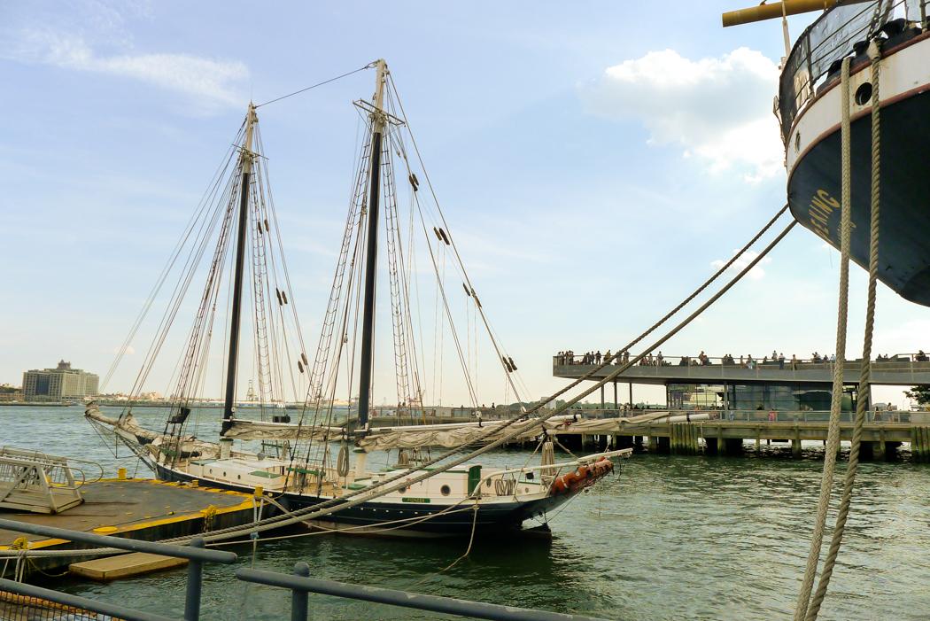 En segelskuta vid Old Seaport, Manhattans tidigare och sedan länge avsomnade hamnkvarter. Foto: Erik Bergin